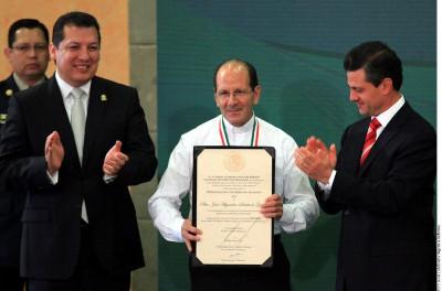 En el centro, Alejandro Solalinde; a la derecha, Enrique Peña Nieto.