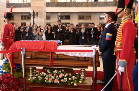 Nicolas Maduro, al centro, observa el ataúd que contiene a Hugo Chávez. / Foto. Gobierno de Venezuela.