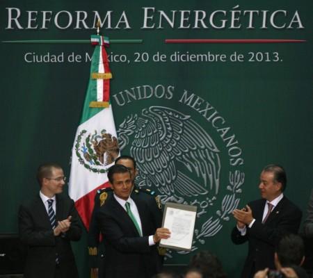Al centro, Enrique Peña Nieto; a los lados, legisladores. Por: Presidencia de México
